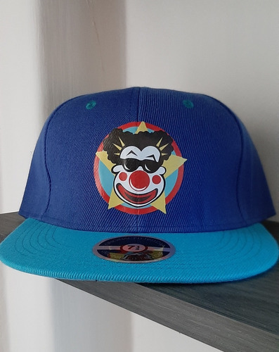 gorra azul con azul cielo, payaso