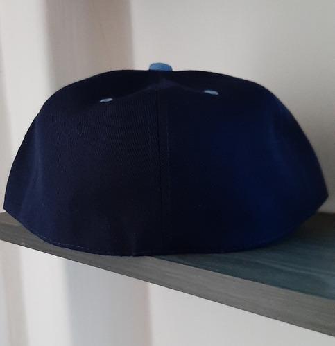gorra azul marino con azul cielo, salva