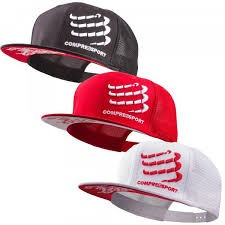 gorra compressport flat blanca