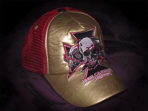 gorra dorada y roja bordada
