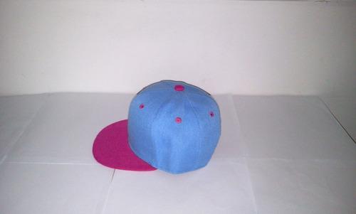 gorra plana snapback niño y adulto azul con visera fucsia