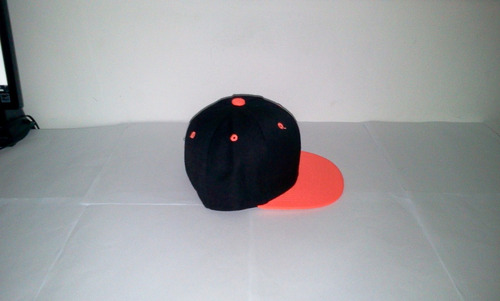gorra plana snapback niño y adulto negro con visera naranja