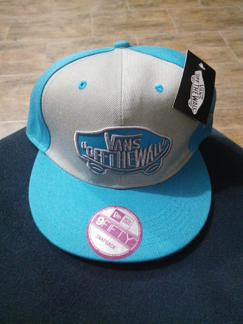 dece86cf8b65 Gorra Vans Off The Wall Celeste Y Gris Relieve