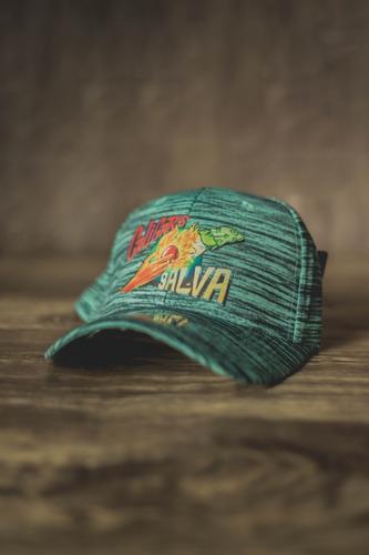 gorra verde con rayas negras, salva