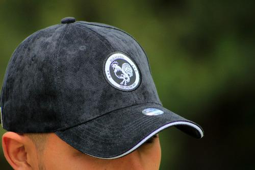 gorras con motivos de caballos y gallos.