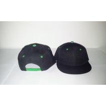 Gorra Plana Snapback Negra Unicolor Con Ojal Y Boton Combina