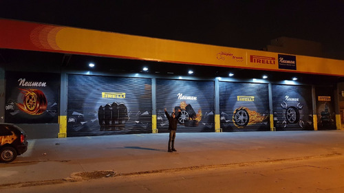 graffiti, murales publicitarios, persianas vidrieras bandera
