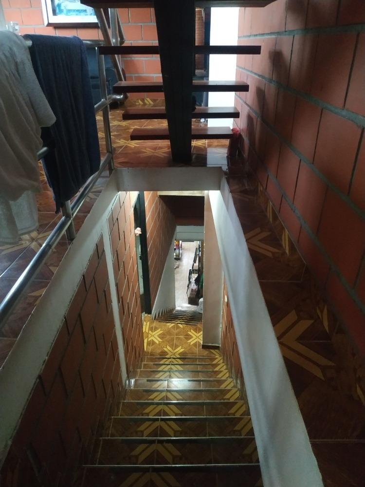 gran casa de tres pisos con negocio acreditado