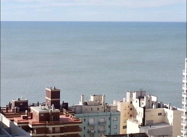 gran departamento con vista plena al mar. dos cocheras. zona torreon