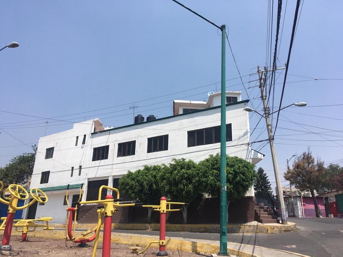 gran edificio color blanco 500 m cuadr de  tres niveles iztp