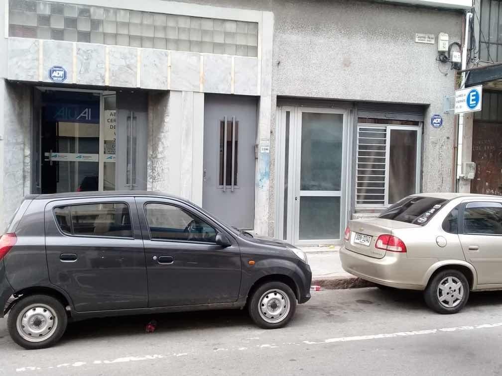 gran local en ciudad vieja a una cuadra plaza zabala