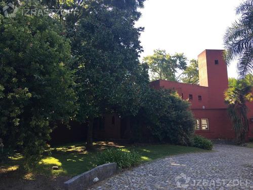 gran parque y casa desarrollada mayormente en una planta