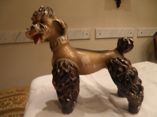 gran perro antiguo en yeso terrier