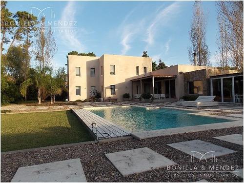 gran residencia en la arbolada village, 460 m2 construidos en un lote de 2000 m2