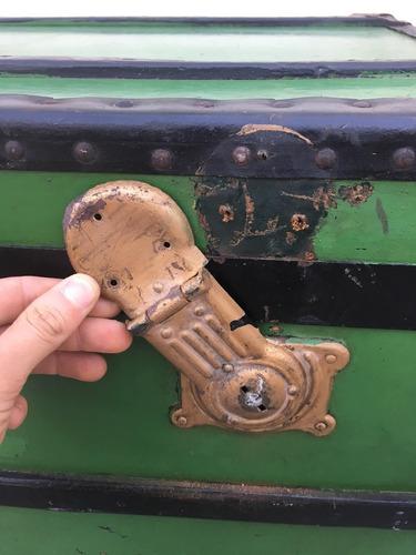 grande bau antigo de couro detalhes em metal