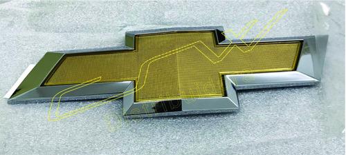 gravata dourada orig. gm nº95122564 grade dianteira (cruze)