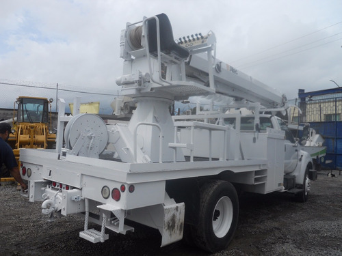grua de barreno marca altec en un camion ford 2004