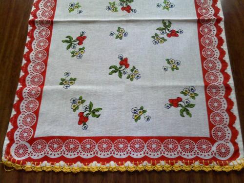 guardanapo com crochê detalhes em vermelho e amarelo