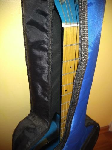 guitarra acústica color azul con estuche incluído