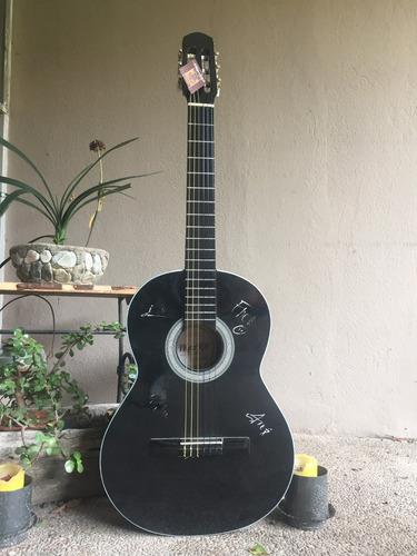 guitarra autografiada por los claxons
