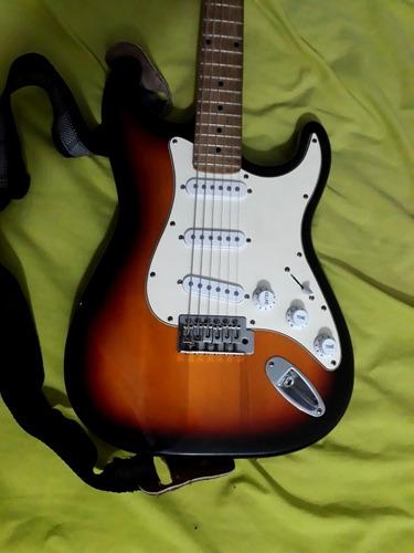 guitarra d'andre usada con cuerdas nuevas, colgante y forro