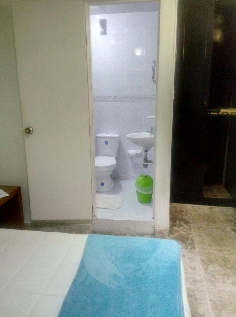 habitacion amoblada con baño y t.v.