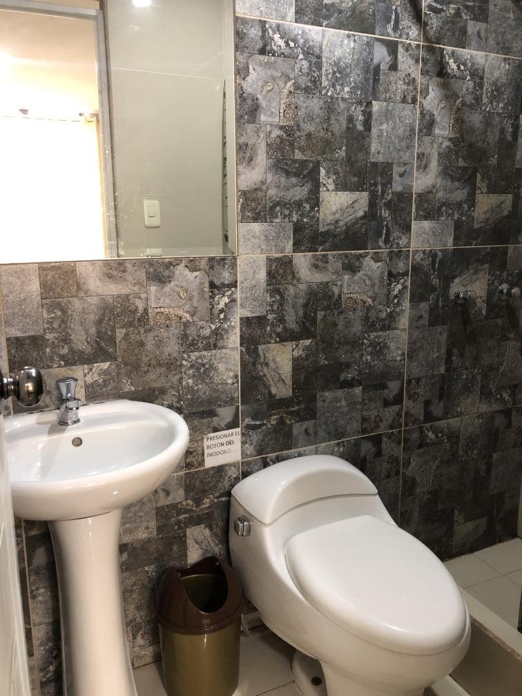 habitación amoblado con baño en comas