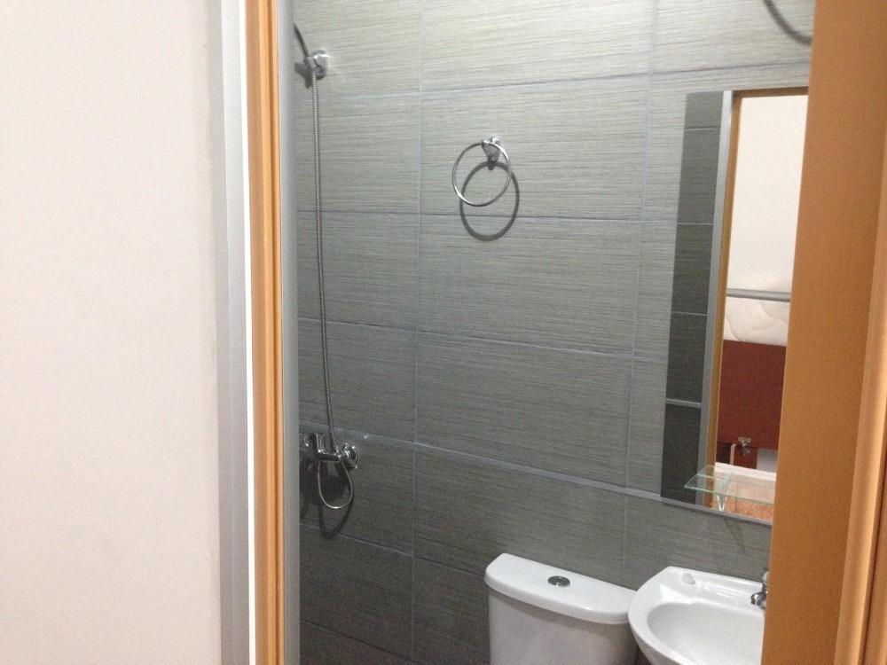 habitación con baño privado, a estrenar. solo hombres