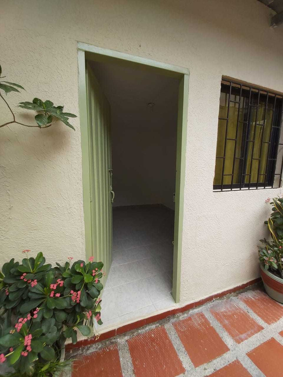 habitación con entrada y baño independiente