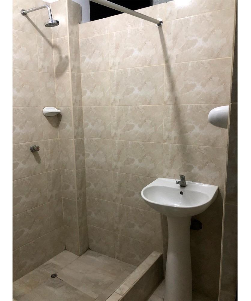 habitación cuarto con baño privado y cocina