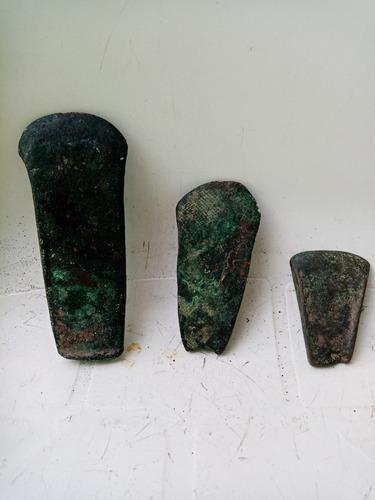 hachas antiguas, de bronce mínimo 500 años de antigüedad.