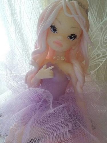 hada sentada en una rosa en porcelana fria