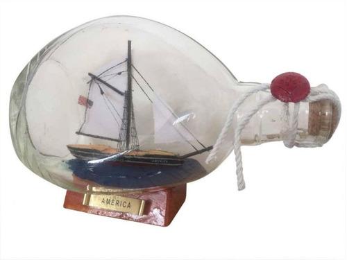 hampton náutico de américa del barco de vela en una botella