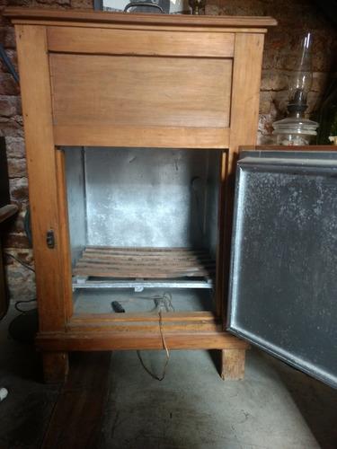 heladera de madera antigua