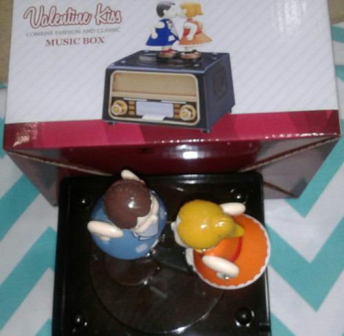 hermosa caja musical pareja de novios sobre toca disco off.!