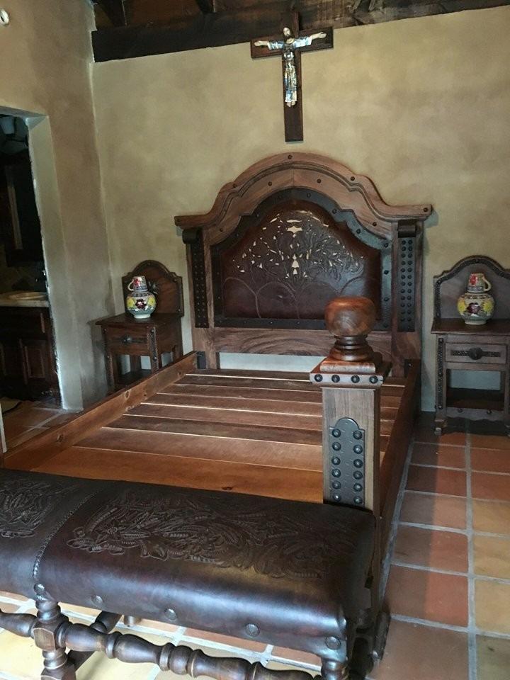 hermosa cama de madera de mezquite y piel estilo antiguo