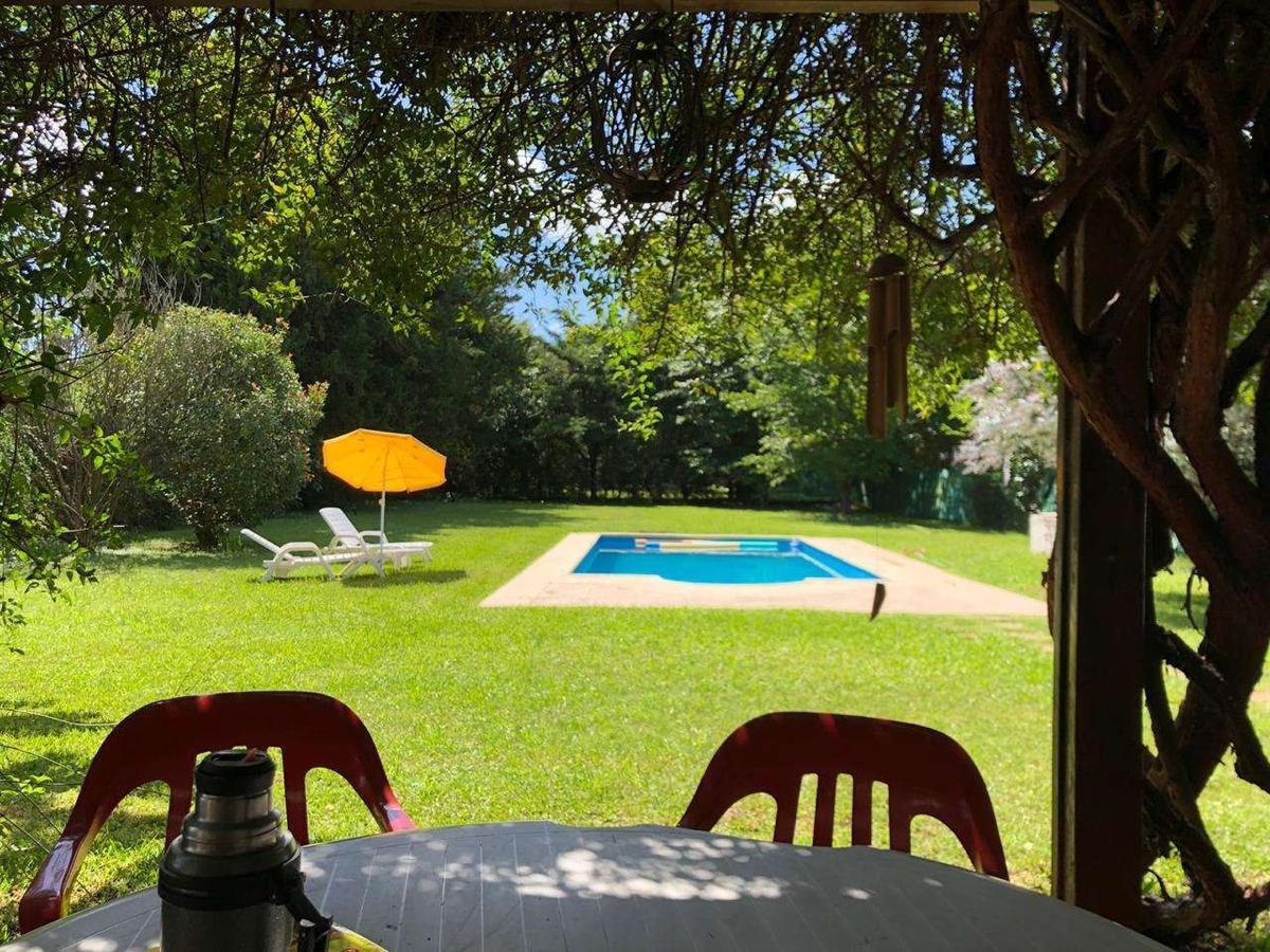 hermosa casa 2 dormitorios con piscina  imponente parque. facil acceso desde rosario