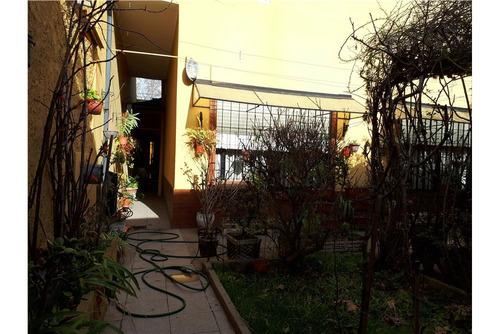 hermosa casa con patio y jardín