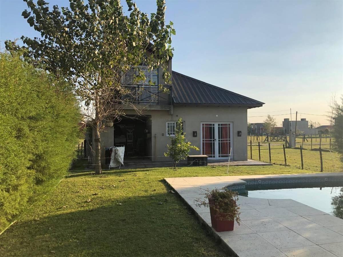 hermosa casa con pileta en barrio cerrado domselaar chico!