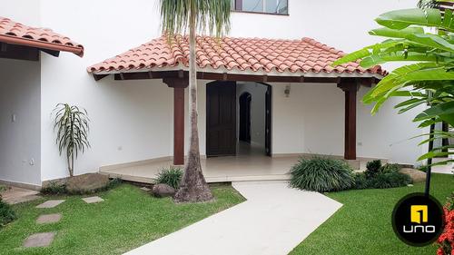 hermosa casa con piscina y amplio jardín en las palmas