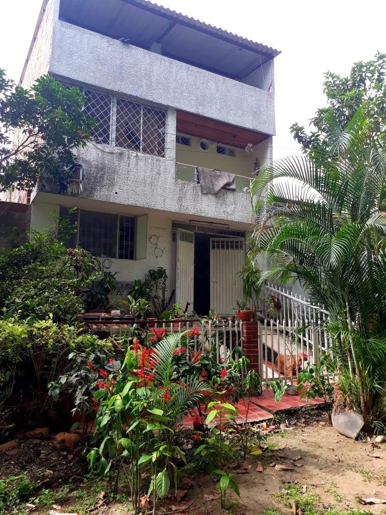 hermosa casa con zonas verdes,bosque doble entrada