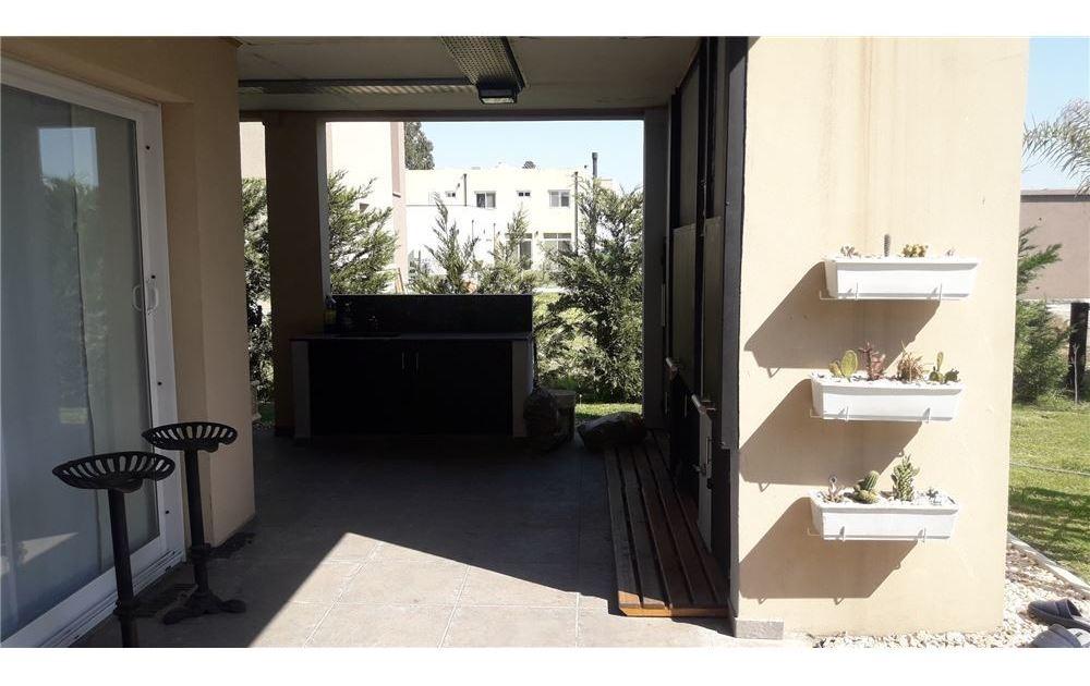 hermosa casa de 6 ambientes en barrio don joaquin