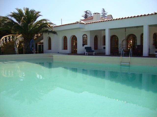 hermosa casa de categoria en carlos paz, con cancha de tenis