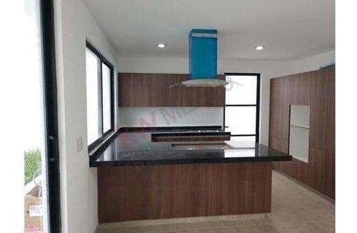 hermosa casa de tres niveles con estudio y/o recamara completa en el primer nivel