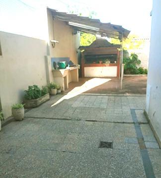 hermosa casa en 2 plantas con guardacoche y patio amplio con