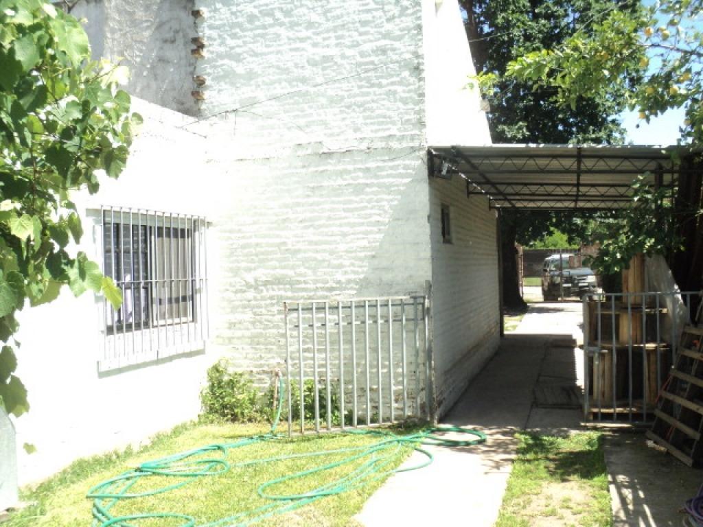 hermosa casa en barrio zapiola, con cercanía a acceso oeste
