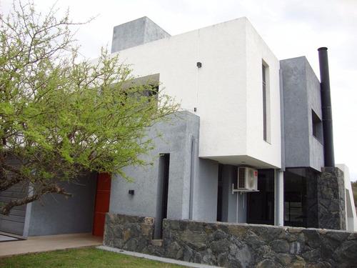 hermosa casa en carlos paz, con pileta, wi-fi, aire acond.