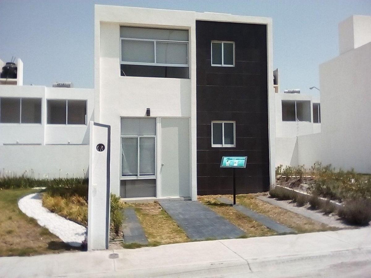 hermosa casa en el pueblito, 3 recamaras, 2 baños, alberca, jardín, 2 autos,.