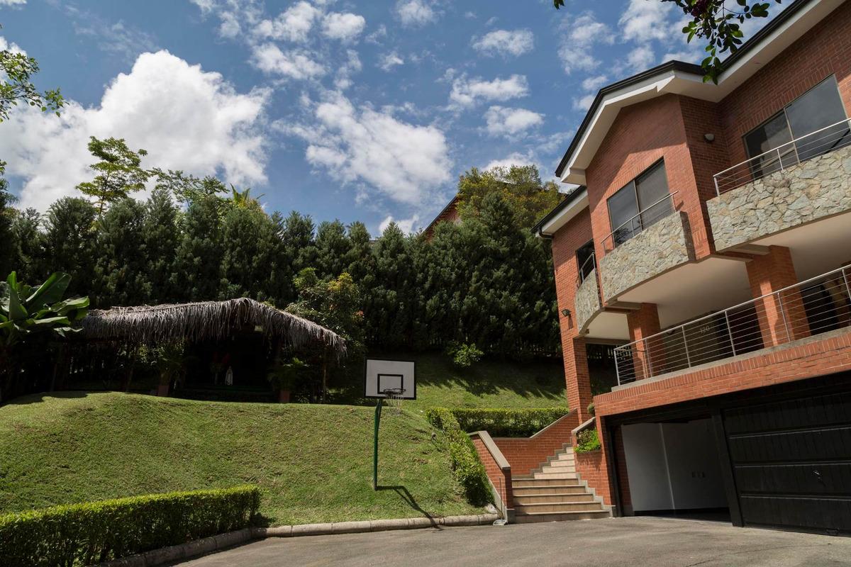 hermosa casa en lote independiente para la venta en los balsos