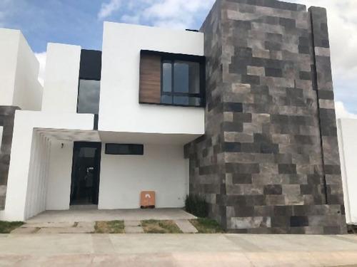 hermosa casa en privada con casa del lago